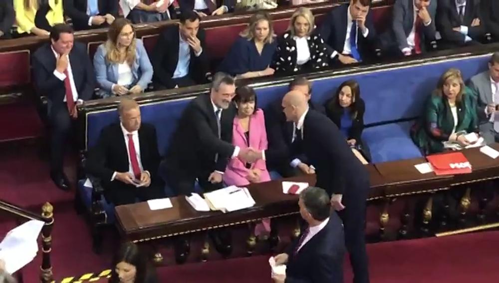 El preso Raül Romeva accede al Senado entre aplausos de los independentistas y saluda a Manuel Cruz