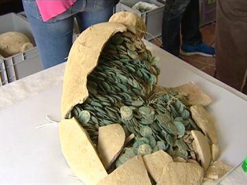 Las 53.000 monedas de bronce que encontraron en Tomares están valoradas en medio millón de euros