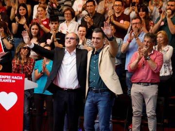 El presidente del Gobierno, Pedro Sánchez en un acto de campaña junto al candidato a la Comunidad de Madrid, Ángel Gabilondo (Archivo).