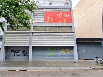 Pintan de amarillo las sedes del PSC en Barcelona, Badalona y Solsona