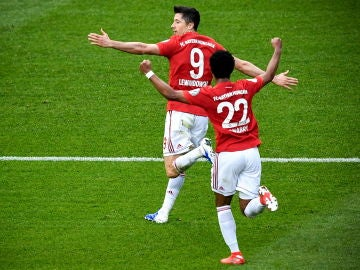 Robert Lewandowski celebra uno de sus goles en la final de Copa