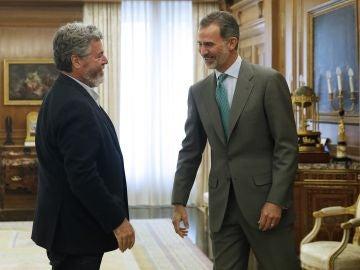 El rey Felipe VI saluda al diputado de Equo, Juan Antonio López de Uralde
