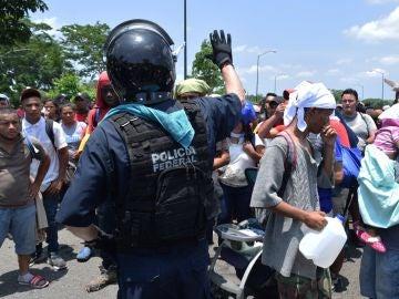 Imagen de archivo: Policías federales detienen a migrantes centroamericanos