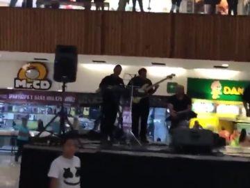 El surrealista vídeo que muestra cómo una banda toca la canción de Titanic mientras se inunda un centro comercial