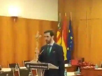 """Un concejal de Vox jura el cargo con un crucifijo y acatando el Estatuto de Autonomía """"por imperativo legal"""""""
