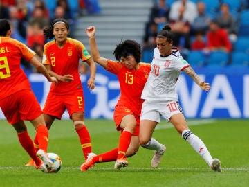 Hermoso intenta jugar el balón ante la defensa china
