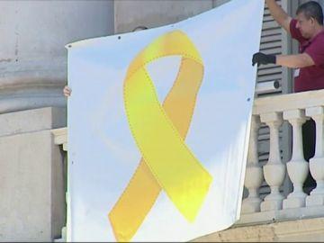 Un lazo amarillo vuelve a colgar de la fachada del Ayuntamiento de Barcelona: el PSC recrimina la decisión de Colau