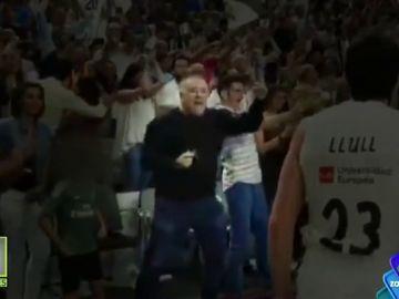 Las cámaras captan a García Ferreras celebrando la victoria del Real Madrid ante el Barcelona en la ACB