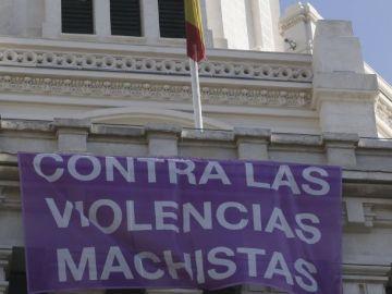Una pancarta contra la violencia machista colgada de la fachada del Ayuntamiento de Madrid