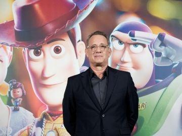 Tom Hanks junto al cartel de presentación de Toy Story