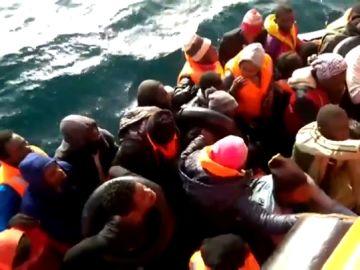 Al menos 22 desaparecidos tras naufragar su patera en el Mar de Alborán