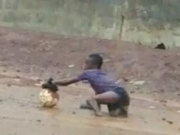 Santigi, el niño de Sierra Leona que juega al fútbol sin piernas