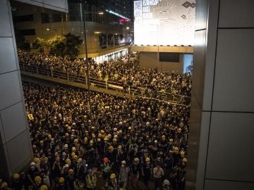 Miles de manifestantes rodean el cuartel general de la Policía en Hong Kong