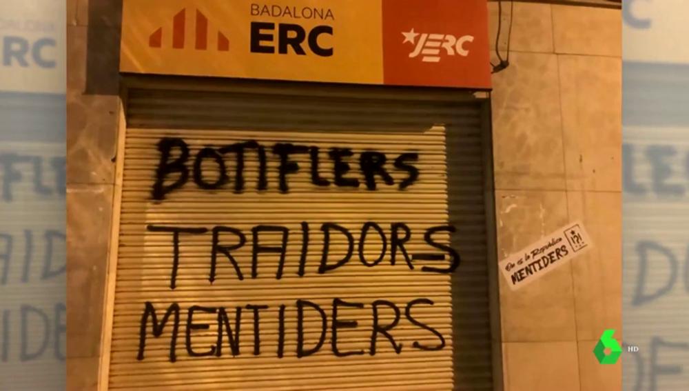 """Los CDR pintan la sede de ERC en Badalona por romper el pacto con Guanyem: """"Traidores, mentirosos"""""""