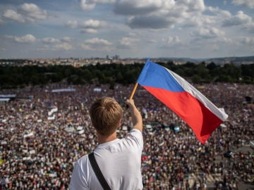 Un manifestante en Praga