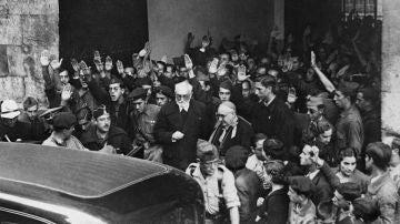 Unamuno a la salida del paraninfo de la Universidad de Salamanca