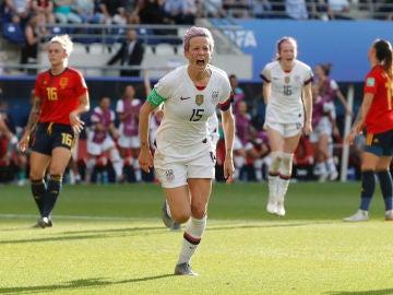 Rapinoe celebra su segundo gol de penalti contra España