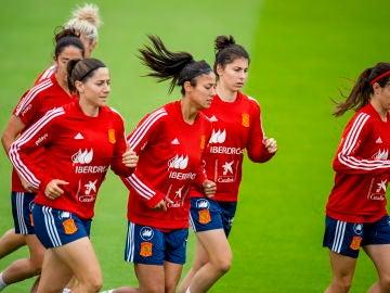 Las jugadoras de España se ejercitan en un entrenamiento de España