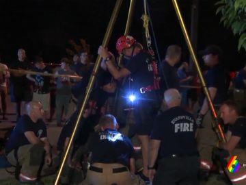Rescate de un niño que cayó a una alcantarilla en Evansville, Indiana