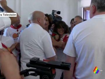 Forcejeo por una ikurriña en el Ayuntamiento de Pamplona