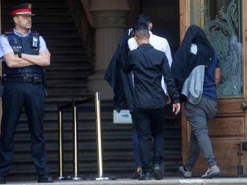 Tres de los integrantes de 'La Manada de Manresa' a su llegada a la Audiencia Provincial