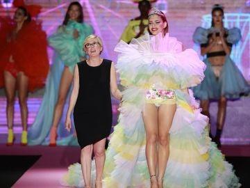 Valentina Sampaio desfila para Andrés Sardá en la Mercedes-Benz Fashion Week