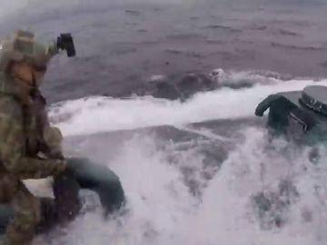 El momento en el que el soldado salta al submarino.