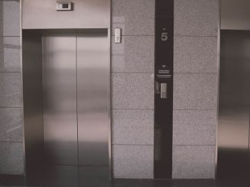 Imagen de dos ascensores
