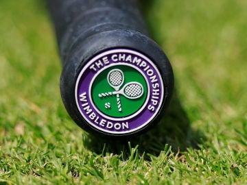 Una raqueta con el logo de Wimbledon