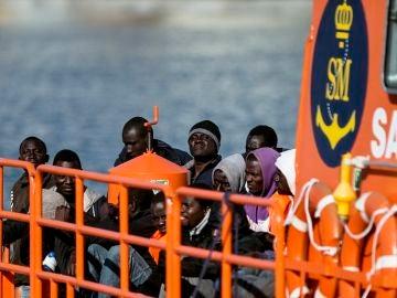 Un grupo de inmigrantes de origen subsahariano rescatados de una embarcación tipo patera