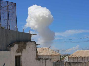 Una columna de humo emerge del lugar donde se registró una explosión en Mogadiscio, Somalia