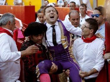 El momento en el que 'Rafaelillo' es evacuado de la plaza tras recibir una cornada