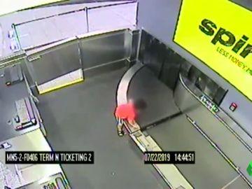 Un niño de dos años es 'engullido' por una cinta transportadora en un aeropuerto