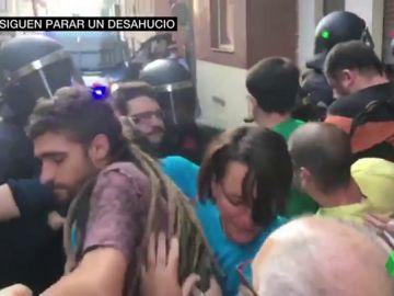 Casi un centenar de vecinos y activistas impiden un desahucio en Premiá de Mar, Barcelona