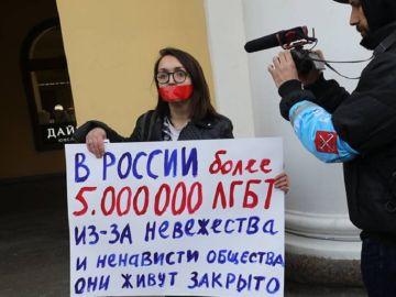 La activista LGTBi Yelena Grigoryeva en una protesta