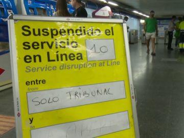 Clausuran los andenes de la línea 10 de Metro de Madrid en la estación de Tribunal tras encontrar una placa con amianto