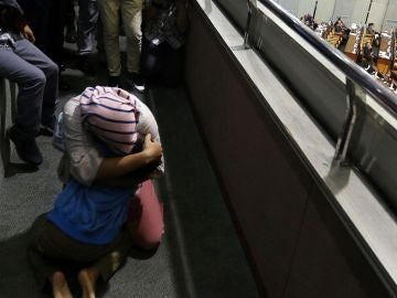 Baiq Nuril, la mujer indultada en Indonesia, abraza a su hijo tras conocer la decisión del Parlamento