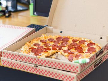 Pizza en la caja de un establecimiento