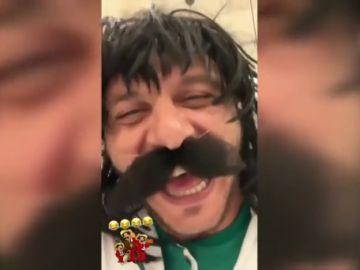 Joaquín imita a un mariachi durante su estancia en México