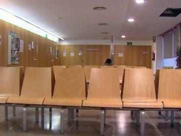 Sala de espera vacía de un centro de salud en Galicia