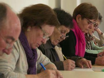 Imagen de archivo de varias personas escribiendo