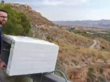 El joven identificado por tirar una nevera monte abajo ya lo hizo antes: así lanzo una lavadora