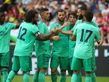 Los jugadores del Real Madrid celebran uno de los tres goles de Benzema contra el Fenerbahce