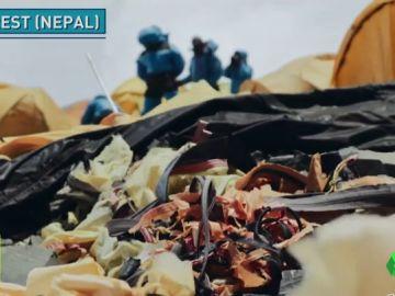 Escalan el Everest para limpiarlo y recogen 150 kilos de basura en un solo día