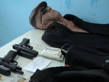 Armas y disfraz utilizados por el atracador