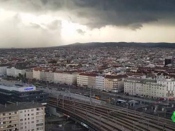 El nubarrón que generó una fuerte lluvia en Viena.