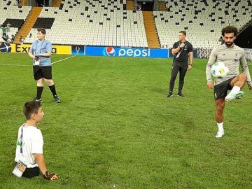 Salah da 'toques' con un joven aficionado sin piernas