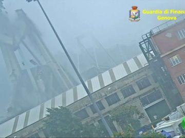 Momento en el que el puente Morandi cae.