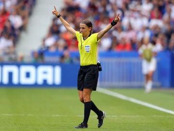 Stephanie Frappart, durante un partido