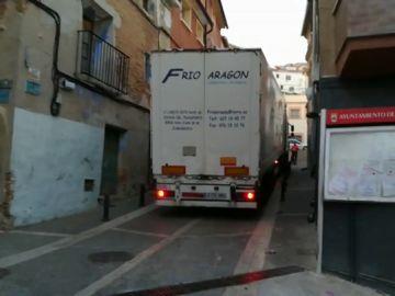 Camión frigorífico atrapado en la calle de un pueblo de Navarra